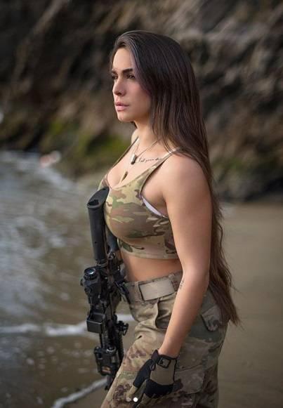 L'ex soldatessa israeliana in pose sexy con le sue armi 8