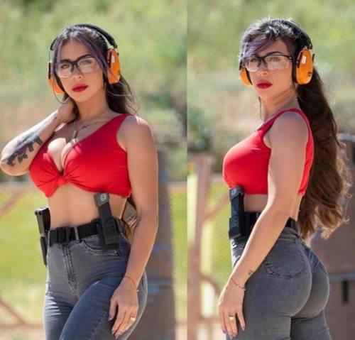 L'ex soldatessa israeliana in pose sexy con le sue armi 9