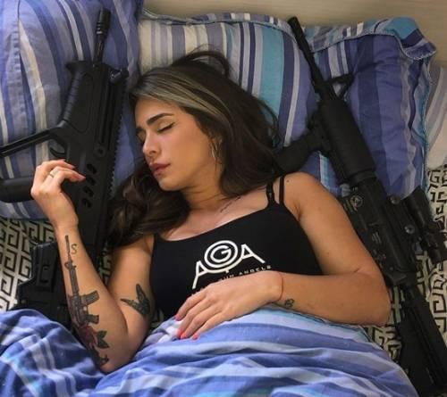 L'ex soldatessa israeliana in pose sexy con le sue armi 2