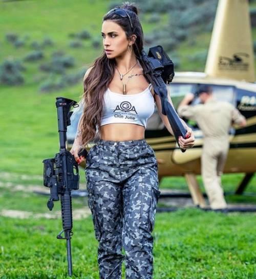 L'ex soldatessa israeliana in pose sexy con le sue armi 11