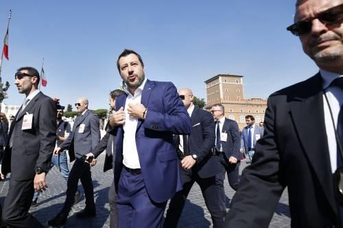 Cremona, in coda per un selfie con Salvini palpeggia 16enne: arrestato 50enne