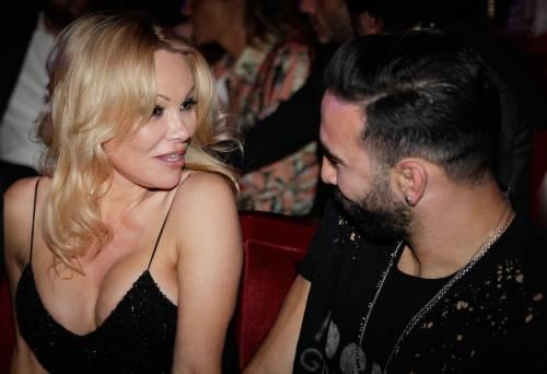 Pamela Anderson sexy alla première al Crazy Horse 2