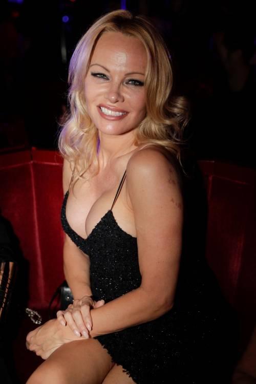 Pamela Anderson sexy alla première al Crazy Horse 5