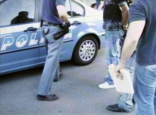 """Immigrato palpa la poliziotta. Il giudice lo libera: """"Fatto tenue"""""""