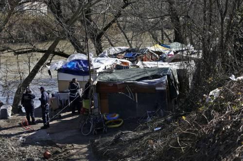 Vigili demoliscono le baracche. Ma è un set cinematografico