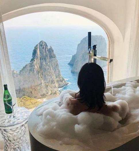 Tutti pazzi per Capri, i vip prendono d'assalto l'isola