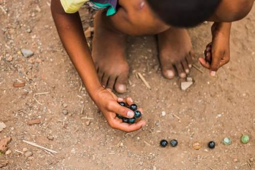 India, bimbo di 2 anni cade in un pozzo: corsa contro il tempo per salvarlo