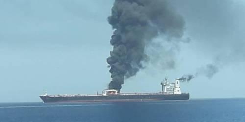 Oman, petroliere in fiamme dopo attacco: sale la tensione nel Golfo