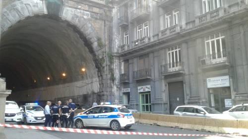 Napoli, cadono calcinacci dalla Galleria Laziale: tanta paura ma nessun ferito
