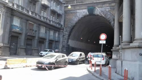 Napoli, cadono calcinacci dalla Galleria Laziale: paura e traffico in tilt