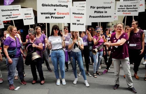 In Svizzera rivolta viola: le donne sottopagate  scioperano per la parità
