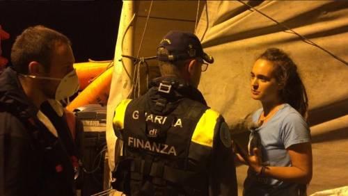 """Ecco chi è la """"capitana"""" della Sea Watch che vuole portare i migranti in Italia"""