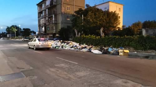Rifiuti, lo spettro della crisi a Napoli: cumuli di immondizia in strada
