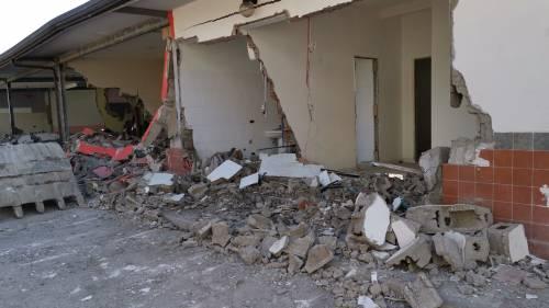 Abusivi e inagibili, abbattuti appartamenti nel Napoletano