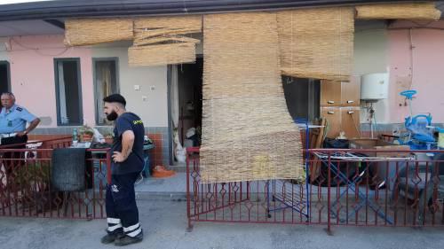 Abusivi e inagibili, abbattuti appartamenti nel Napoletano 5