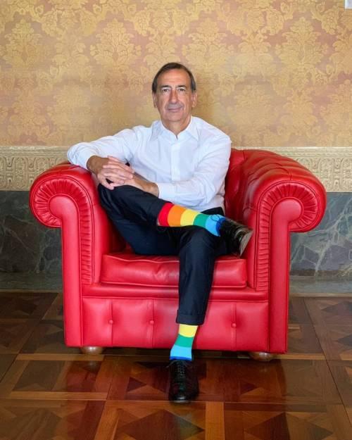 Sala sfoggia calzini arcobaleno per sostenere i gay