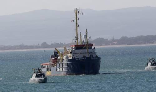 """Sea Watch, la capitana insiste: """"Pronta a forzare il blocco"""""""