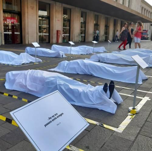Cadaveri di migranti davanti alla stazione: installazione choc a Padova