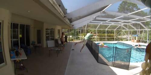 Superpapà salta il recinto e si tuffa in piscina per salvare il figlioletto