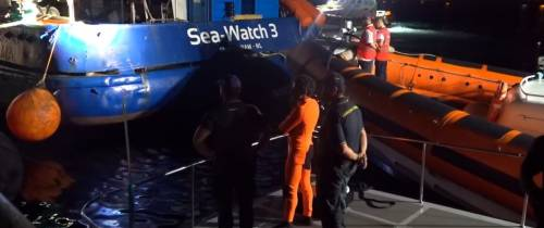 "Manovra pirata di Sea Watch: ""schiacciata"" una motovedetta"