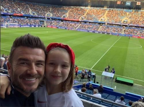 David Beckham bacia sulle labbra la figlia Harper e scoppia la polemica