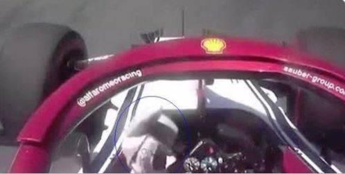 Raikkonen fa il dito medio ad Hamilton