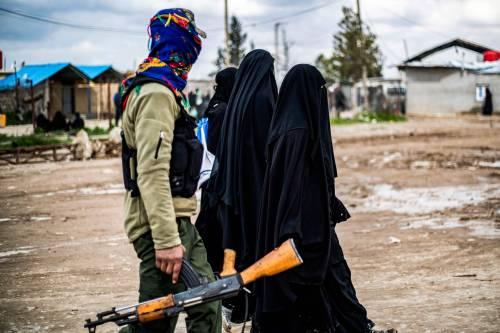 """L'ordine dei giudici: """"Rimpatriare moglie e figli terrorista Isis"""""""