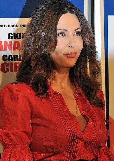 """Sabrina Ferilli regala un topless esplosivo in Sardegna, ma è pioggia di critiche: """"Ha un corpo rilassato"""""""