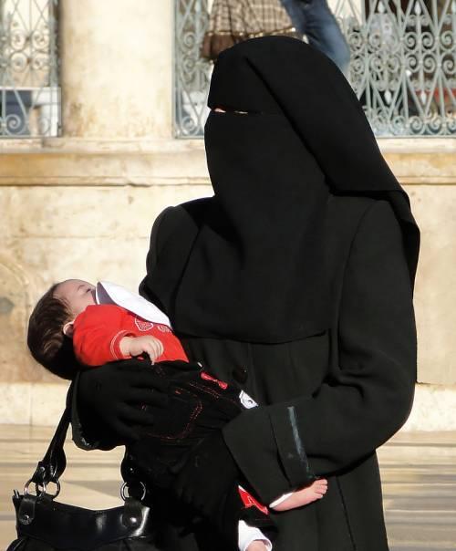 Tunisia, velo islamico vietato negli uffici pubblici