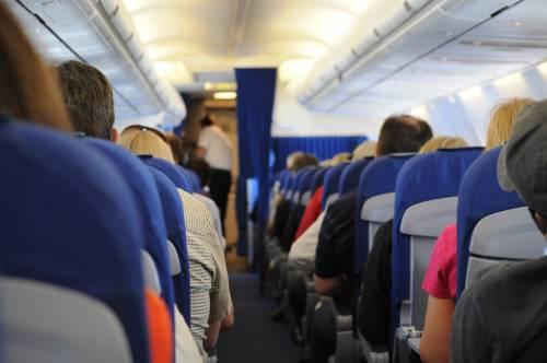 Dottoressa cacciata dall'aereo per abito troppo corto