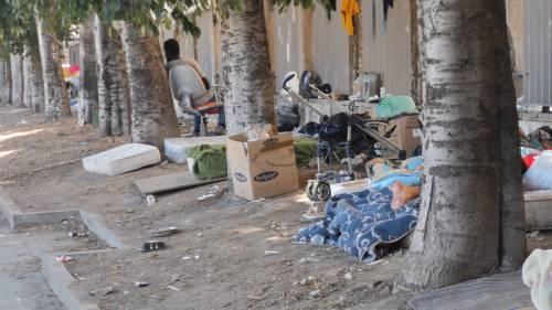 Napoli, clochard accampati davanti all'ospedale Loreto Mare 5
