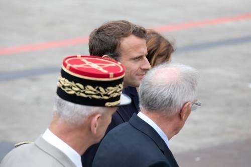 Figuraccia di Macron a Parigi Fischiato alla parata militare