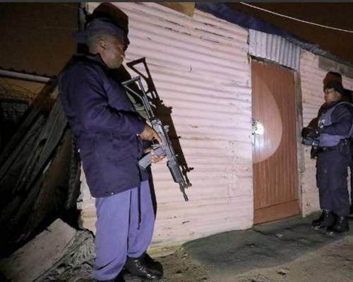 Sudafrica in mano alle bande criminali: governo schiera l'esercito