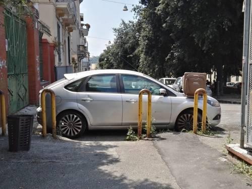 Ostruisce con l'auto lo scivolo dei disabili: i residenti gli piazzano un bidone sul cofano