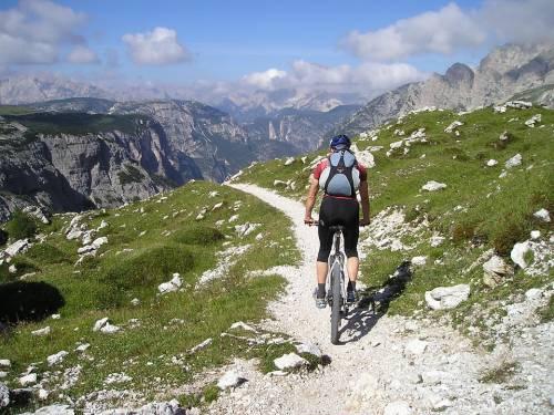 Livigno, bimbo di 10 anni cade dalla bici in montagna