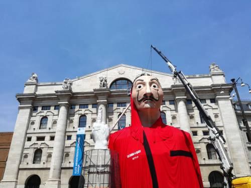 L'enorme maschera de La Casa di Carta in Piazza Affari a Milano 4