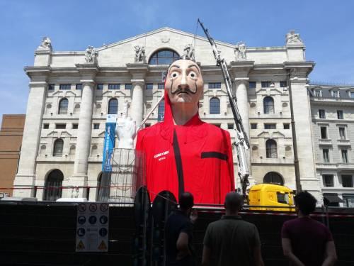 L'enorme maschera de La Casa di Carta in Piazza Affari a Milano 3