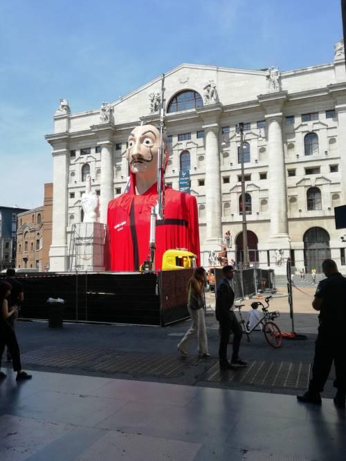 L'enorme maschera de La Casa di Carta in Piazza Affari a Milano 2