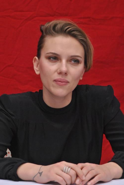 Scarlett Johansson mostra il suo anello di fidanzamento