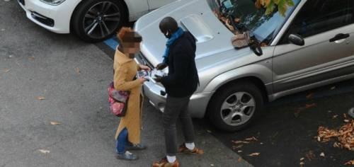 Multe alle auto in doppia fila e il parcheggiatore abusivo minaccia gli ausiliari del traffico