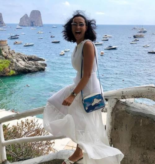Caterina Balivo raccoglie i rifiuti a Capri in abito nuziale