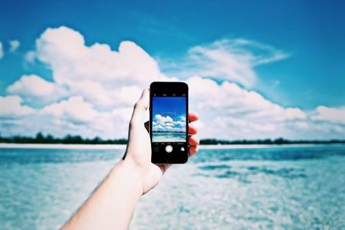 Estate, attenzione allo smartphone: per gli oculisti è dannoso