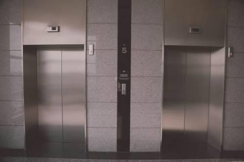 Rapinata in ascensore dalla vicina di casa