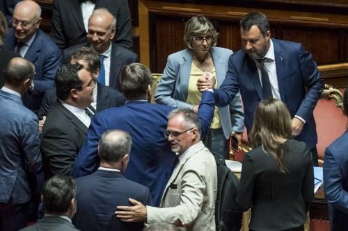 """""""Non allontanatevi per le ferie"""". È giallo sull'sms di Salvini ai suoi"""