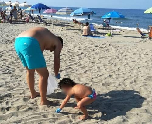 Famiglia napoletana in vacanza ripulisce la spiaggia dai rifiuti