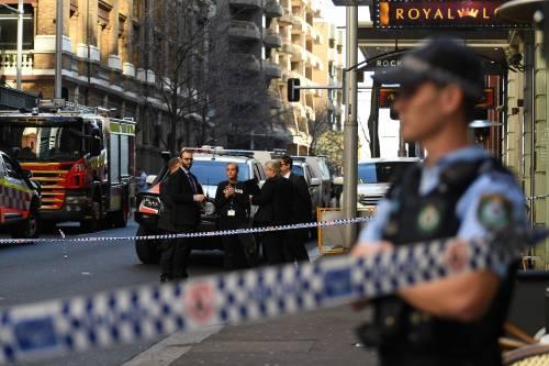 """Terrore a Sydney, grida """"Allah Akbar"""" e accoltella passanti: morta una donna"""