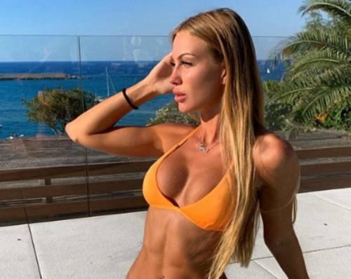 Taylor Mega si allena in barca, gli esercizi hot per un corpo scolpito