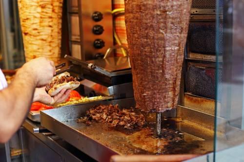 Parma, soldi falsi al kebab: scoppia violenta rissa tra stranieri