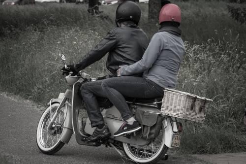 Giovane non si ferma all'alt e travolge motociclista
