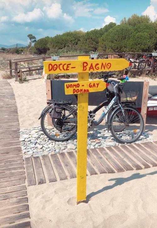 """""""Bagno uomo, gay, donna"""", il cartello al mare fa infuriare l'Arcigay"""